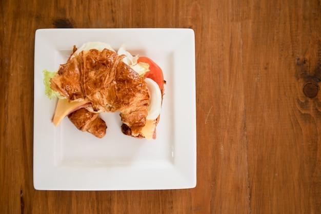 テーブルにはチーズハムクロワッサンが用意されています。 Premium写真