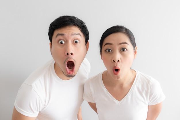 アジアカップル恋人の衝撃と驚きの顔。 Premium写真
