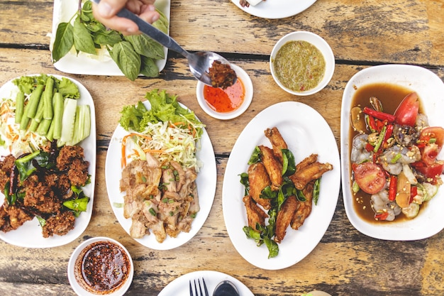 地元のイサン料理セットまたはタイ北東部の食事。 Premium写真