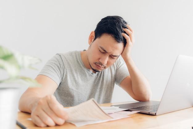 Грустный человек имеет проблемы с выставлением счетов и долгами. Premium Фотографии