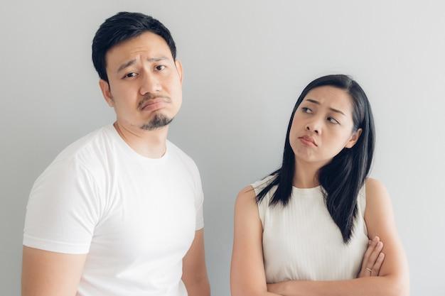 Грустная пара любовника в белой футболке Premium Фотографии