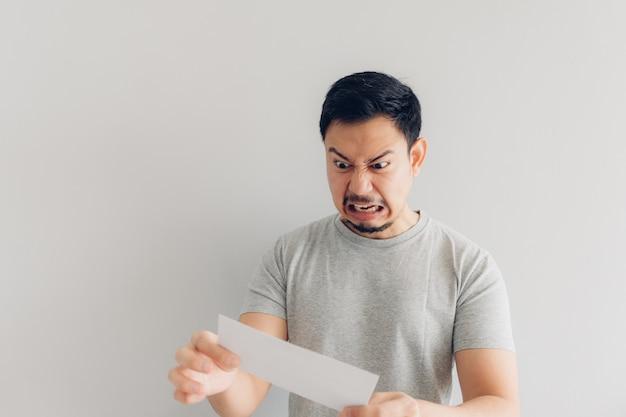 男は白いメールまたは請求書に腹を立てている。 Premium写真