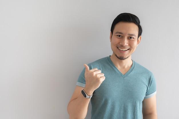 寒い顔と屈託のないポーズで幸せな男。 Premium写真