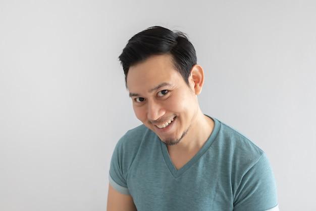 幸せな男は、隠された動機の顔に笑みを浮かべています。 Premium写真