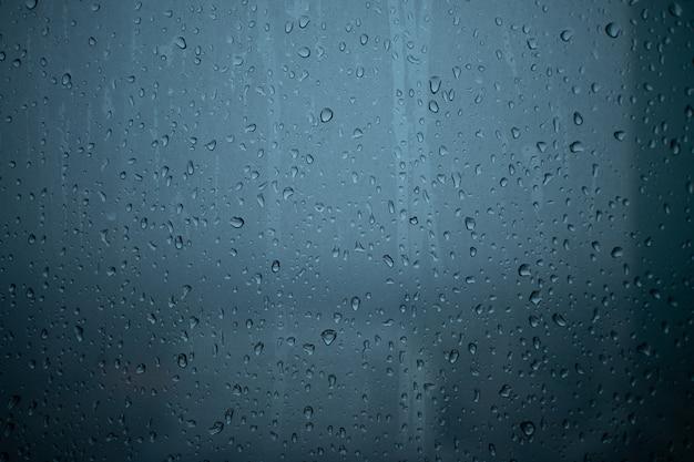 Дождь идет через окна кондоминиума. Premium Фотографии