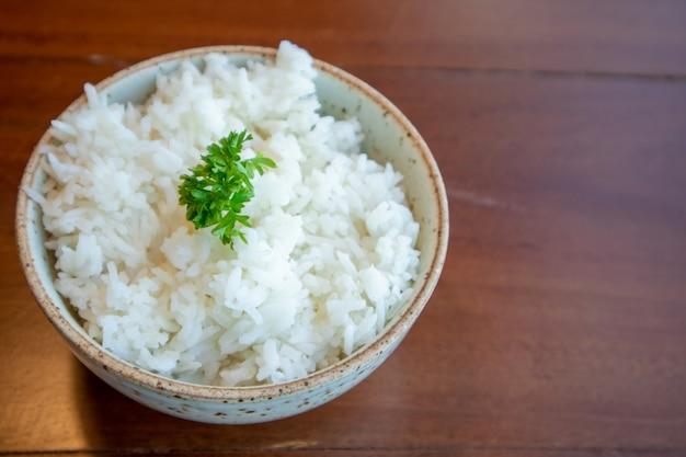 Малый шар белого риса с овощем украшенный на верхней части. Premium Фотографии
