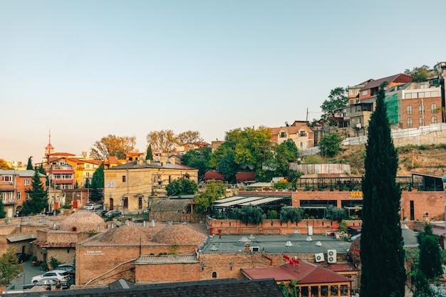 トビリシ、ジョージア州の旧市街地区の美しい街並み。 Premium写真
