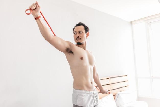 Человек растяжения мышц с сопротивлением группы. Premium Фотографии