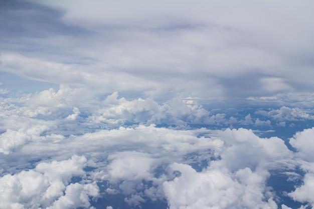 Вид с самолета, голубое небо и белые облака Premium Фотографии