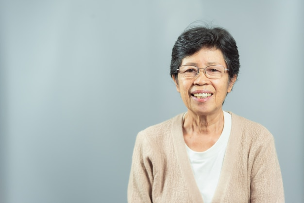 灰色の幸せな笑顔の老婦人の肖像 Premium写真