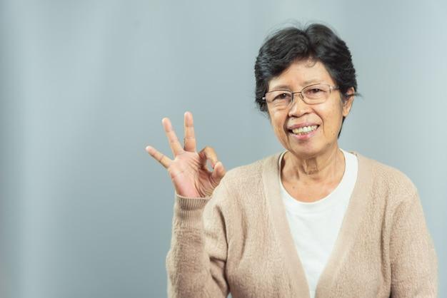 灰色の笑顔の老婦人の肖像 Premium写真