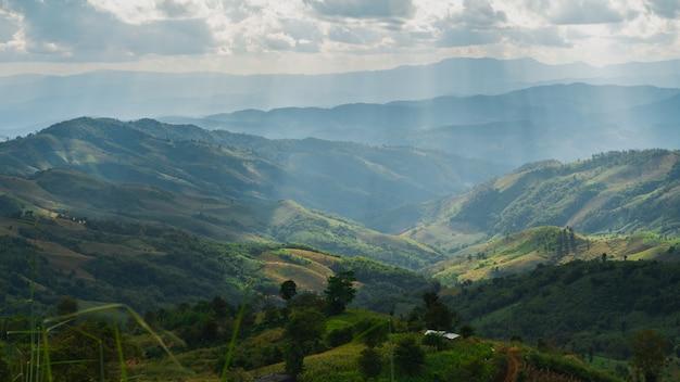 山の青い空と白い雲、コピースペース Premium写真