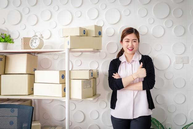 Портрет азиатских молодых женщин постоянная улыбка в домашнем офисе Premium Фотографии