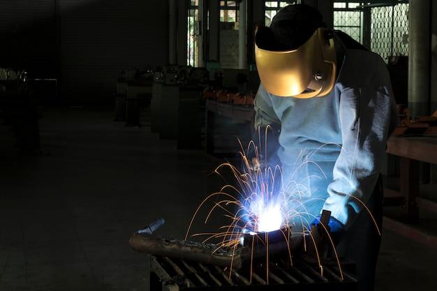 職人が加工鋼で溶接している Premium写真