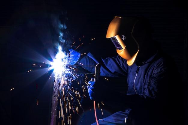 Ремесленник сваривает с заготовкой стали. Premium Фотографии