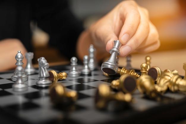 ビジネス女性チェス金融ビジネス戦略コンセプト。 Premium写真