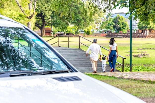 公園の幸せな家族。父、母、子供の公園への反抗。ファミリー概念。 Premium写真
