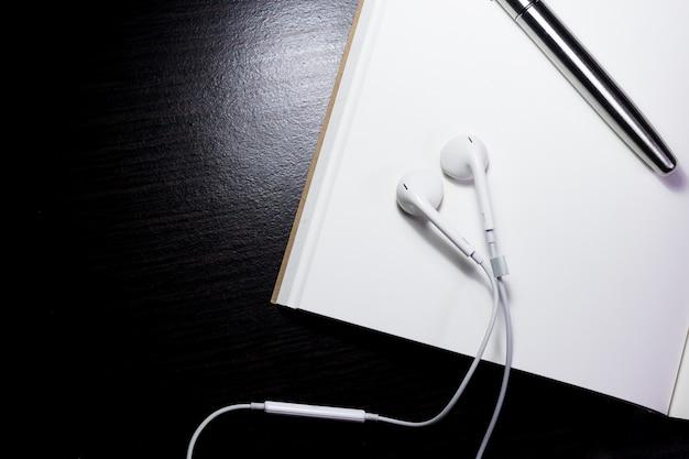 紙とペンの色をグレーにする Premium写真