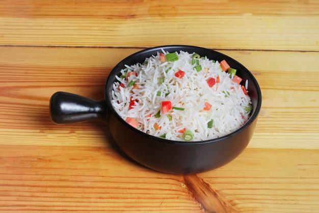 Простое овощное блюдо с рисом на пару Premium Фотографии