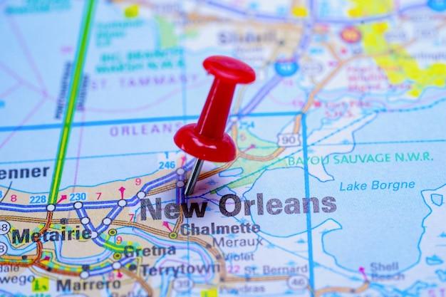 赤いプッシュピンとニューオーリンズのロードマップ Premium写真