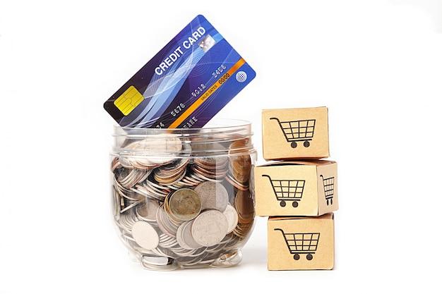 クレジットカードモデルとショッピングカートボックス付きのペットボトルのコイン。 Premium写真