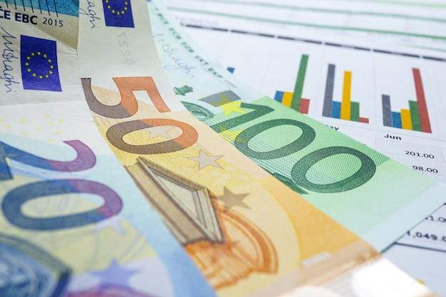 Евро банкноты деньги на графике диаграммы фоновой бумаги. Premium Фотографии