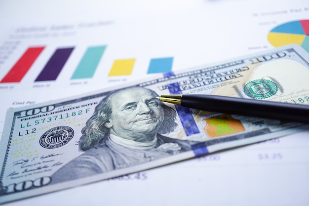 チャートグラフの背景紙に米ドルとユーロ紙幣のお金。 Premium写真