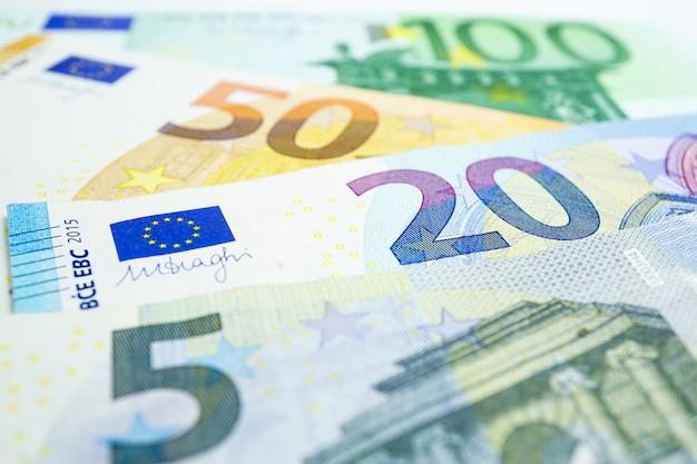 ユーロ紙幣の背景:銀行口座、投資分析研究データ。 Premium写真