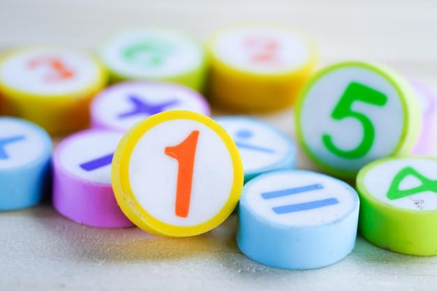 白地にカラフルな数学番号:教育研究数学学習を教える Premium写真