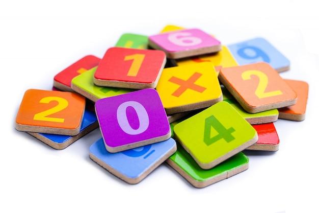 カラフルな数学番号。教育研究数学学習は概念を教える。 Premium写真