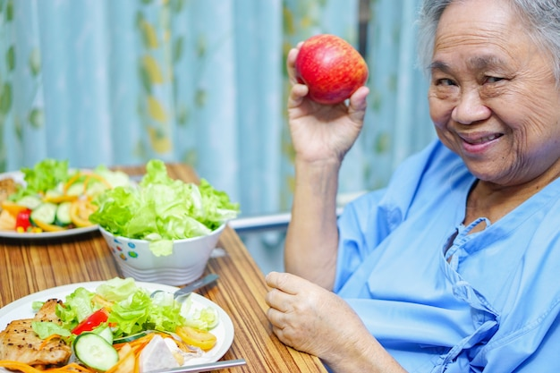 アジアの高齢者や高齢者の老婦人女性患者食べる朝食健康食品 Premium写真