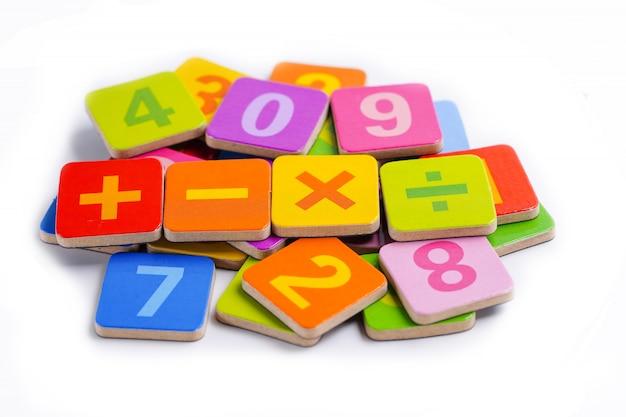 白地にカラフルな数学番号 Premium写真