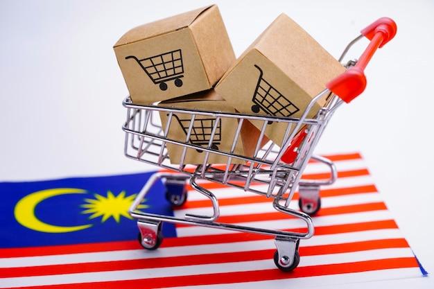 マレーシアの国旗にショッピングカートのロゴ入りボックス。 Premium写真
