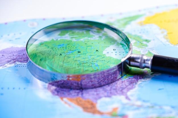 カナダ:世界のグローブマップが付いている虫眼鏡。 Premium写真