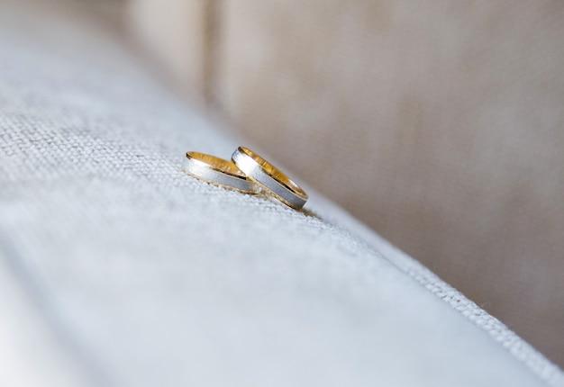 Кольца из белого и желтого золота Premium Фотографии