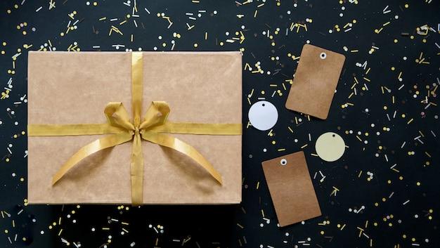 Продажи черного и золотого с коробкой и золотым бантом Premium Фотографии