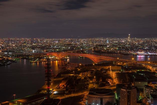 大阪府コスモタワーの港橋(赤橋) Premium写真