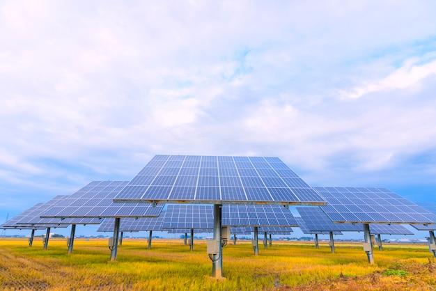 Панель солнечных батарей на фоне неба, солнечного света, япония Premium Фотографии
