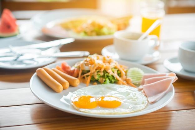 テーブルでの朝食 Premium写真