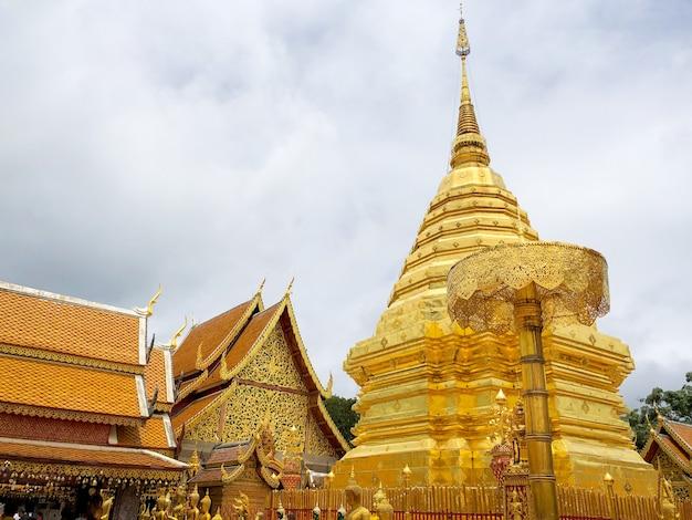 ワットプラタートドイステープは仏教寺院であり、タイのチェンマイの観光名所です。 Premium写真