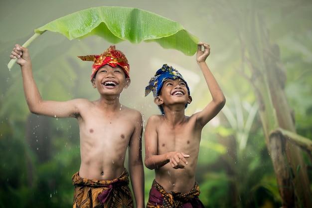 夏に屋外ロマンス友情愛を笑っているアジアの少年十代の若者たち。幸せそうな顔と美しい自然。 Premium写真