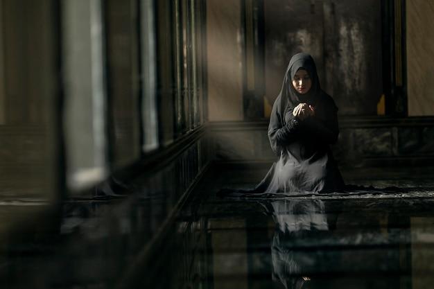 モスクで祈るイスラム教徒の女性 Premium写真