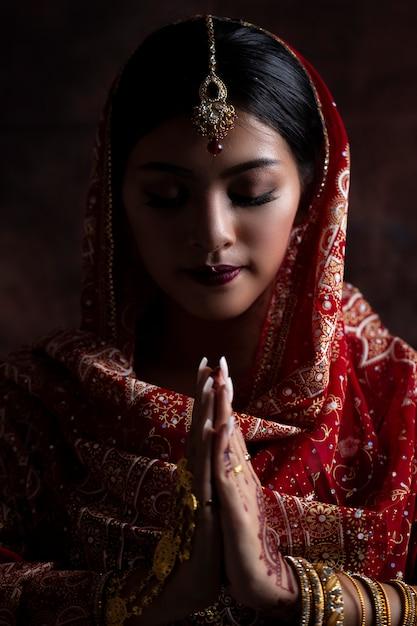 Портрет красивой индийской девушки. молодой индеец с традиционным индийским костюмом. индия женщины Premium Фотографии
