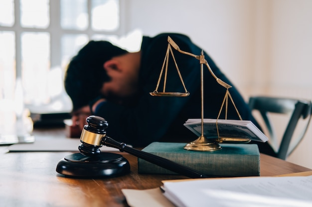 法律のスケール、小槌とテーブルコンセプト写真と男の小遣いを判断します。 Premium写真