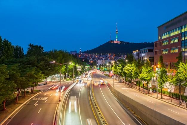 韓国ソウル市の夜のトラフィック Premium写真