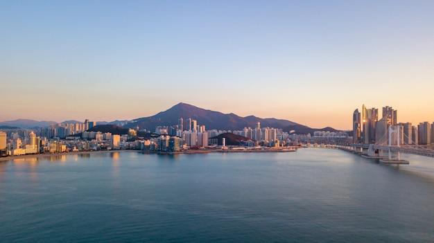 韓国釜山市広安大橋の空撮 Premium写真
