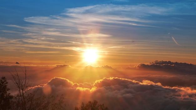 山の夕日 Premium写真