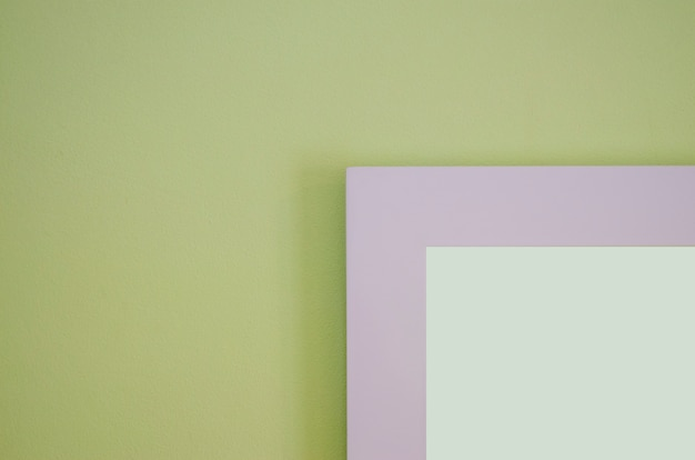 画像フレームは、背景がぼやけた明るい緑のセメント壁です。 Premium写真