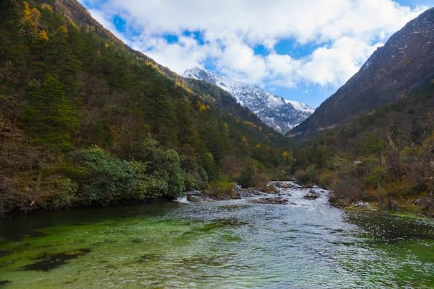 雪山の滝 Premium写真