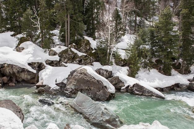Вид снежной горы Premium Фотографии